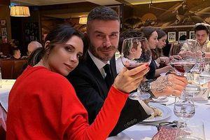 Victoria xinh đẹp, ngả đầu tình tứ vào vai chồng David Beckham