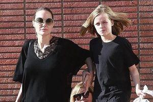 Angelina Jolie tươi cười, xinh đẹp xuống phố mua sắm cùng con gái cưng