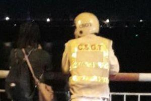 Hà Nội: Công an đứng nói chuyện 30 phút với người phụ nữ dí kéo vào cổ đòi nhảy sông tự tử