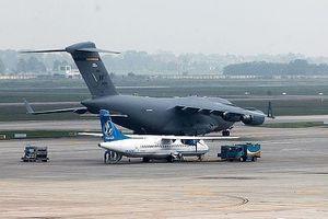 Máy bay vận tải hạng nặng C17 tiếp tục hạ cánh xuống Nội Bài