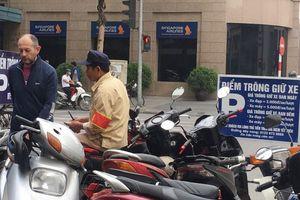 Xử lý các điểm trông giữ xe vi phạm tại Hà Nội: Chẳng lẽ bó tay?