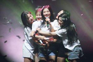 Wendy (Red Velvet) khóc nức nở khi lần đầu tiên trình diễn concert tại quê nhà