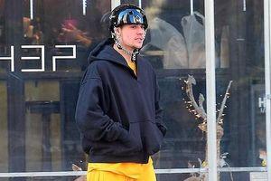 Justin Bieber lộ vẻ mặt mệt mỏi, tiều tụy khi ra phố trượt ván
