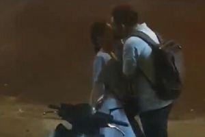 Nụ hôn tạm biệt vội ở bến xe bus: Tình yêu nhất thiết phải nhiều tiền?