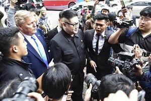 Bản sao của ông Kim Jong-un và ông Donald Trump bị vây kín trên phố Hà Nội