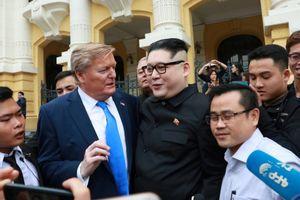 'Bản sao' Tổng thống Donald Trump - Chủ tịch Kim Jong-Un đến Hà Nội, nhiều người vây quanh