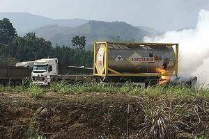 Xe bồn chở hóa chất bất ngờ bốc cháy cạnh cây xăng trên cao tốc Nội Bài - Lào Cai