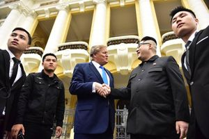 Bản sao hai ông Trump-Kim 'gây bão' trên đường phố Hà Nội