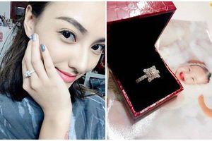 Ơn giời, sau bao 'gạch đá' cuối cùng Hồng Quế cũng khoe nhẫn kim cương 500 triệu rồi!