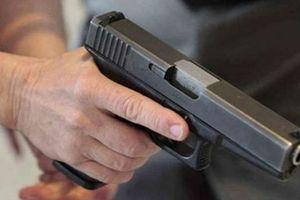Người đàn ông cầm súng tự chế qua nhà hàng xóm bắn 2 người thương vong trong đêm