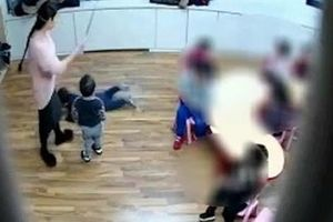 Phẫn nộ cảnh giáo viên mần non bạo hành học sinh bằng chổi lau nhà
