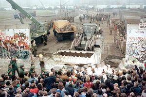 Khoảnh khắc khi Bức tường Berlin chính thức sụp đổ