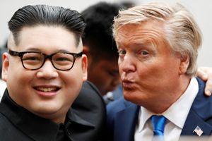 'Bản sao Trump-Kim' gây náo loạn đường phố Hà Nội