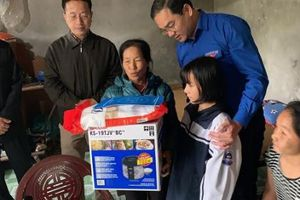 Thường trực Thành đoàn thăm và tặng quà gia đình chính sách, gia đình khó khăn