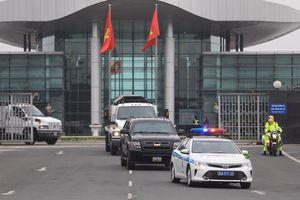 Cảnh sát hộ tống 5 xe chở thiết bị bảo vệ Tổng thống Mỹ ở Hà Nội