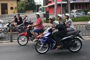 Đoàn xe gắn máy gầm rú trên làn đường ô tô