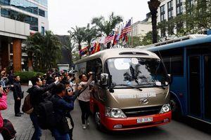 Đoàn xe chở nhân viên an ninh Triều Tiên về khách sạn Melia Hà Nội