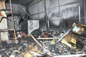 Quán phở và tiệm tạp hóa bị lửa thiêu rụi sau tiếng nổ lớn