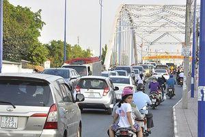 Ùn tắc giao thông nút giao cầu Hiệp Hòa