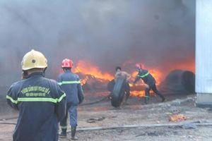 Người đàn ông liều mạng cứu lốp ô tô ra khỏi đám cháy ở Đồng Nai