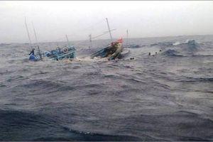 Kịp thời cứu nạn 3 ngư dân đắm tàu do sóng lớn ở Quảng Ninh