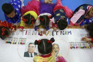 AP cận cảnh trẻ em Hà Nội hào hứng đón chờ Chủ tịch Triều Tiên Kim Jong-un