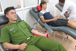 Cảnh sát Cơ động hiến máu hiếm cứu cháu bé thoát khỏi tay tử thần