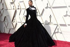 Chuyện lạ Oscar 2019: Nam tài tử tự tin mặc váy 'đọ sắc' cùng dàn minh tinh