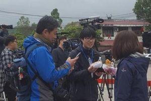 Muôn kiểu tác nghiệp của phóng viên quốc tế ở ga Đồng Đăng