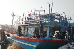 Quảng Ngãi: Cứu tàu cá chứa 8.000 lít dầu bốc cháy