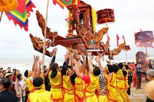 Độc đáo tục chạy ói, tung kiệu trong Lễ hội đền Cờn