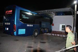 Cà Mau: Đang ngồi chờ xe, bị ô tô tông vào, 6 người thương vong
