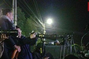 Hàng trăm phóng viên leo thang, thức xuyên đêm đưa tin tại ga Đồng Đăng
