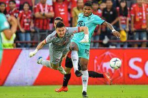 Bị hạ gục trên chấm penalty, Văn Lâm vẫn được ủng hộ nhờ thi đấu lăn xả