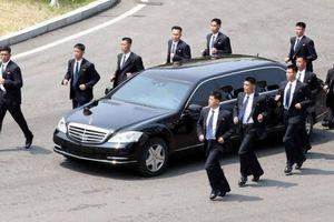 Tại sao xe của ông Kim Jong Un lại cần có các vệ sĩ chạy theo?