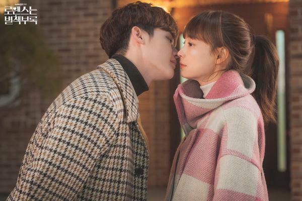 'Phụ lục tình yêu' tập 10: Lee Jong Suk dành nụ hôn đầu cho Lee Na Young, khán giả Hàn phản ứng thế nào?