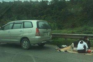 Ô tô dừng đỗ 'mở tiệc' trên cao tốc Nội Bài - Lào Cai