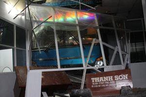 Xe khách đâm nát nhà chờ ở bến xe, 6 người thương vong