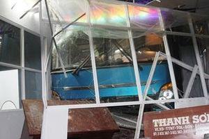Xe khách tông vào nhà chờ phòng vé, 1 người chết 5 bị thương