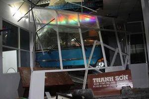 Lơ xe nổ máy khiến xe khách lao vào nhà chờ, 6 người thương vong