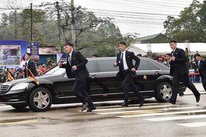 Dàn cận vệ Triều Tiên chạy bộ theo xe Chủ tịch Kim Jong-un
