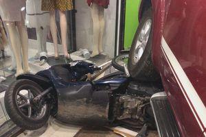 Ô tô 7 chỗ đại náo đường phố Bạc Liêu, đè bẹp 2 xe máy