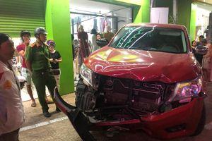 Ô tô mất lái tông liên tiếp 4 xe máy