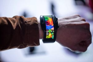 Nubia Alpha: smartphone màn hình uốn quanh cổ tay, giá từ 510 USD