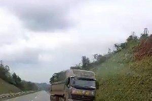 Clip: Xe tải ngang nhiên quay đầu, chạy ngược chiều trên cao tốc Nội Bài – Lào Cai