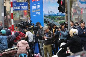 Hàng trăm phóng viên túc trực chờ đón Chủ tịch Kim Jong-un tại Hà Nội