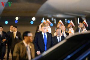 Hình ảnh đầu tiên của Tổng thống Donald Trump khi đặt chân tới Hà Nội