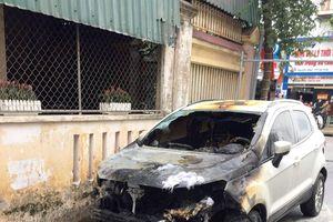 Ô tô đang đỗ trong ngõ tự nhiên bốc cháy