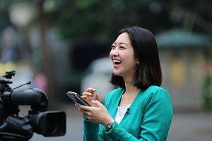 Nữ PV Hàn Quốc 'gây thương nhớ' khi tác nghiệp trên phố Hà Nội