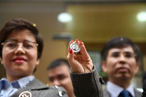 Chen chân mua đồng xu kỷ niệm thượng đỉnh Mỹ - Triều